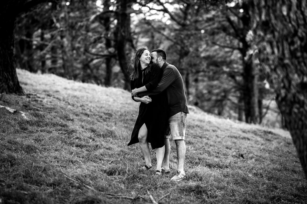 pareja abrazada en blanco y negro