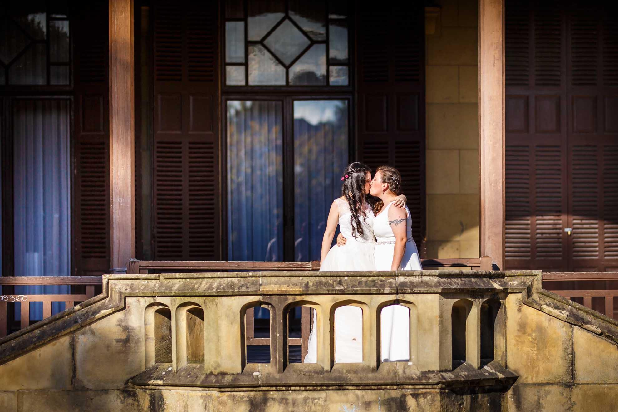 pareja de dos chicas besandose en su postboda en el palacio de miramaar