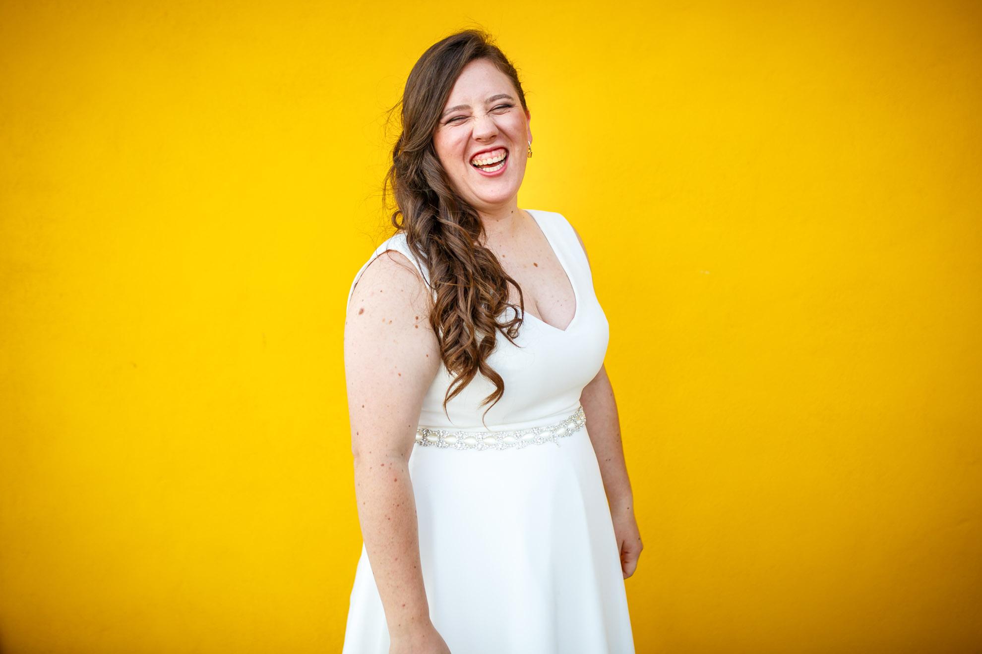 retrato de una novia en fondo amarillo