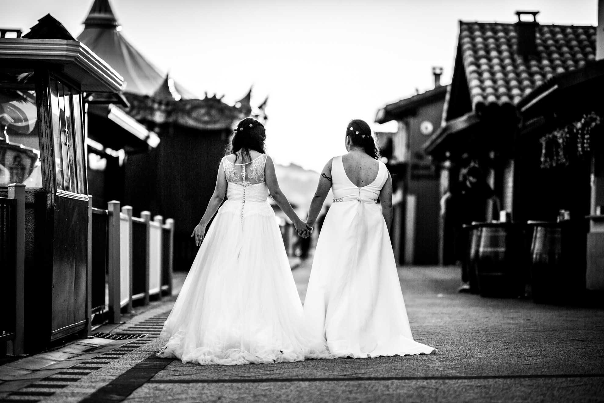 dos novias caminando por el parque del monte igeldo