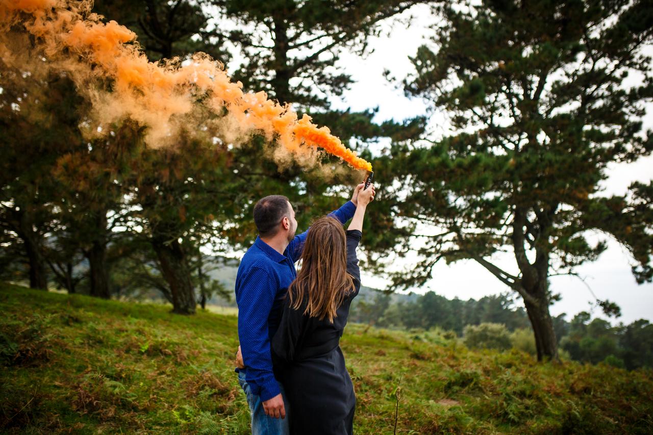 pareja tirando humo naranja