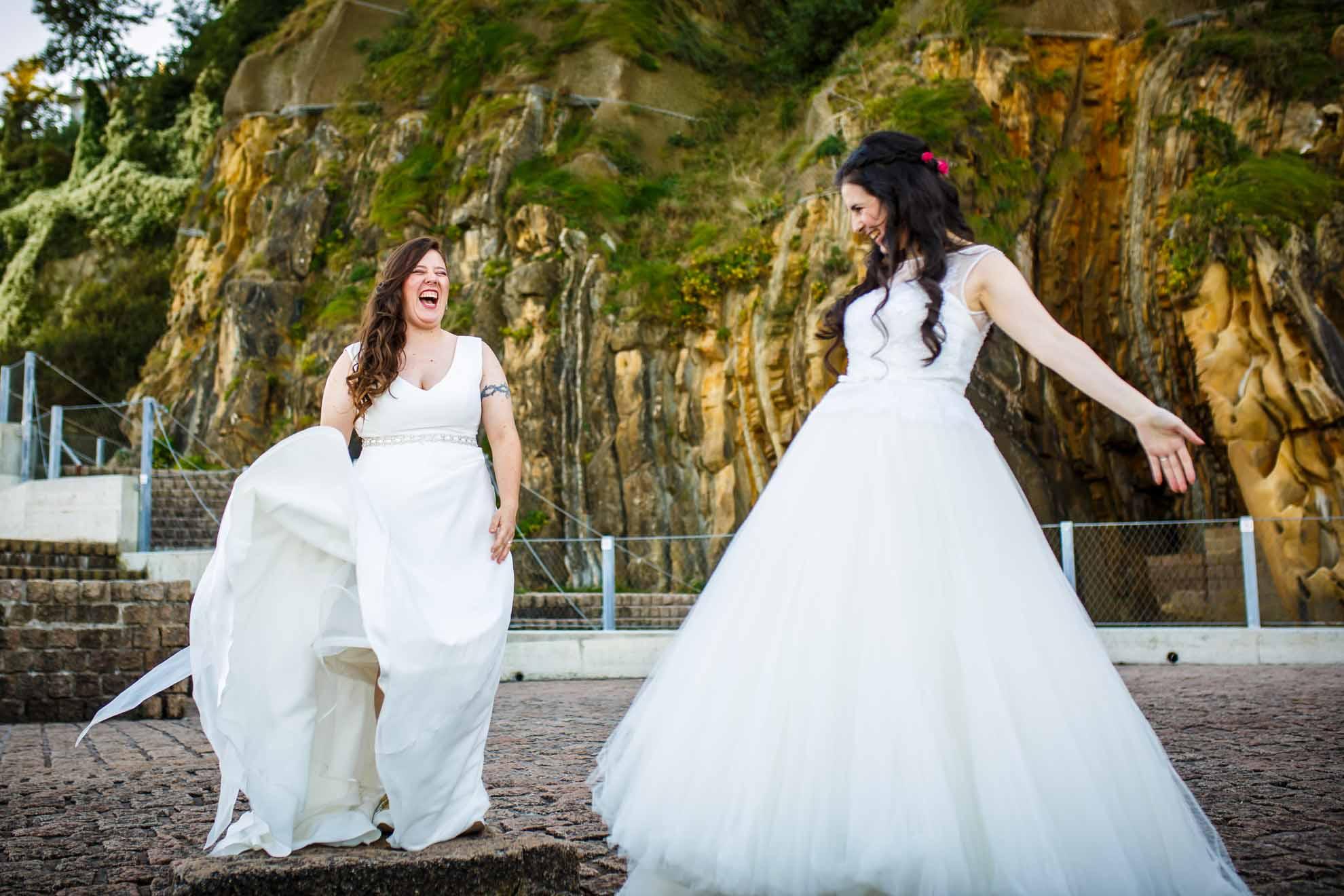 dos novias jugando en el peine de los vientos postboda de dos chicas