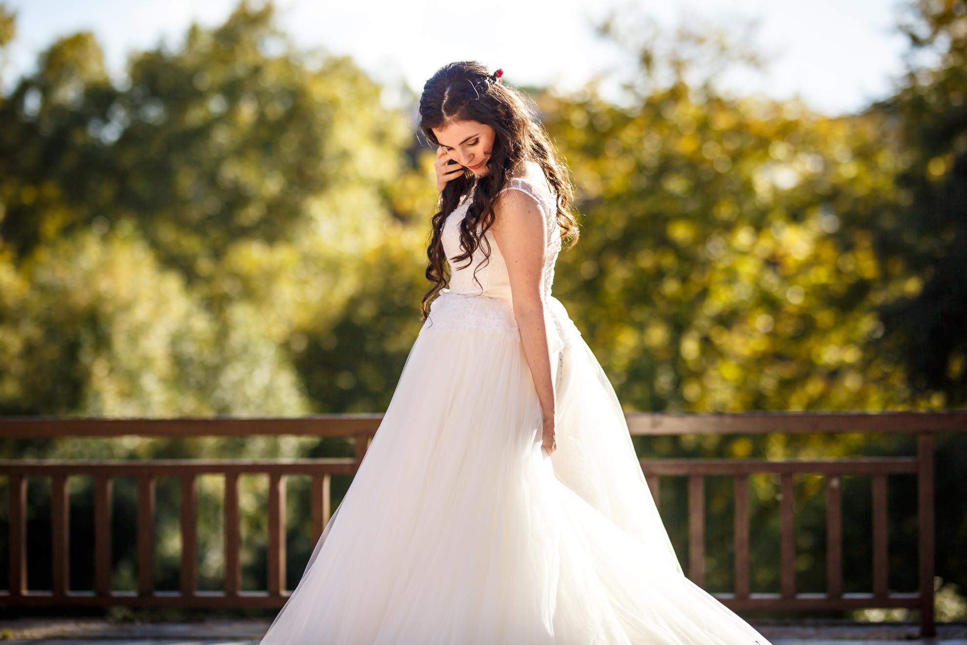 novia agarrandose el vestido por detras y agachando la cabeza