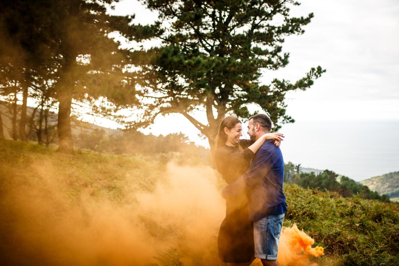 pareja fundida en humo naranja