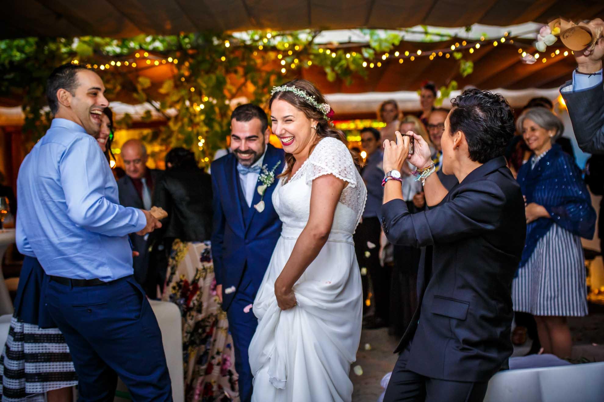 novios recien casados salen de la ceremonia