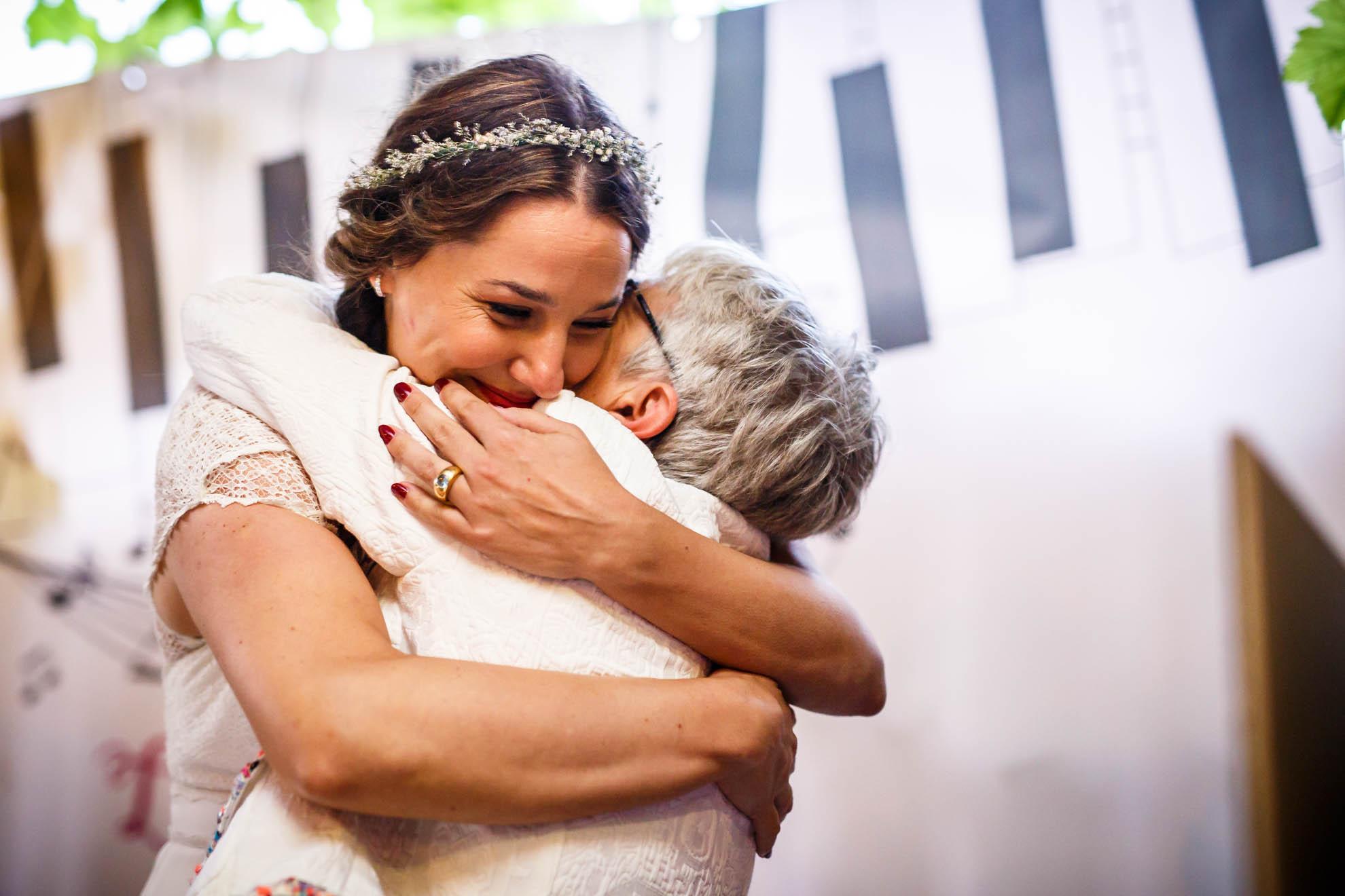 madre e hija se abrazan