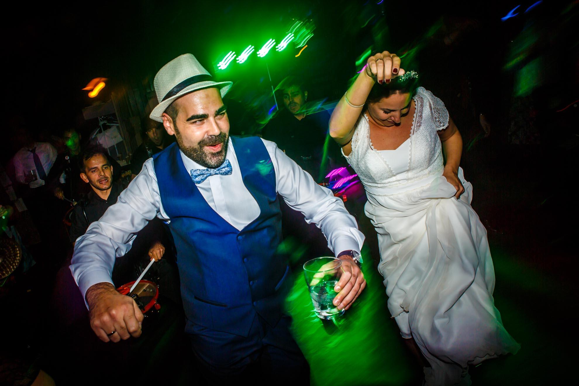 novios bailando en una fiesta