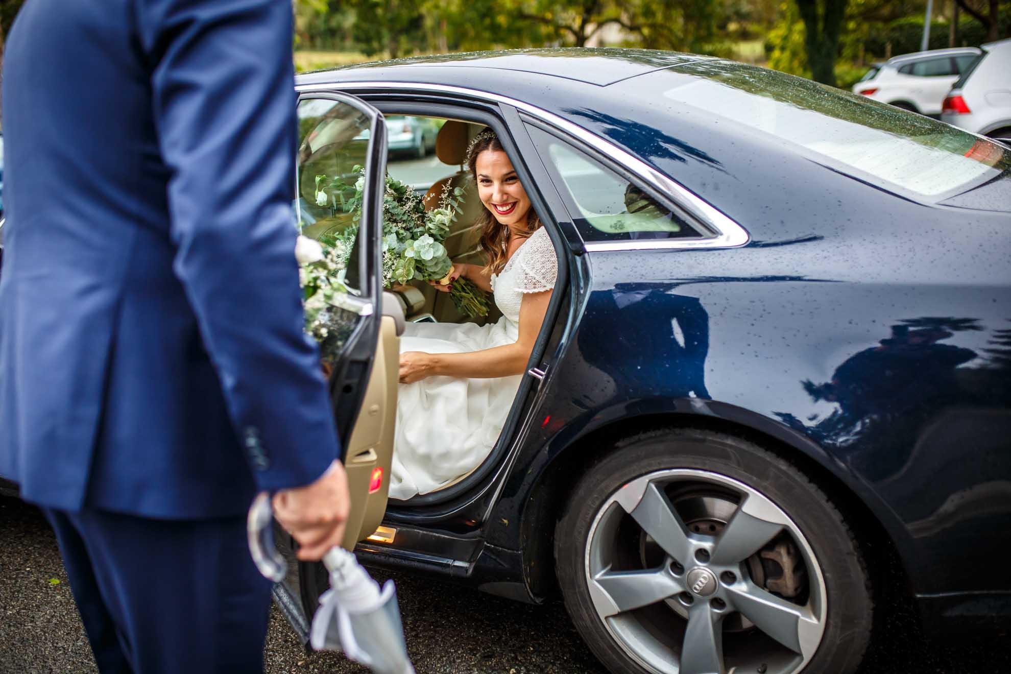 novia sale del coche direccion a casarse