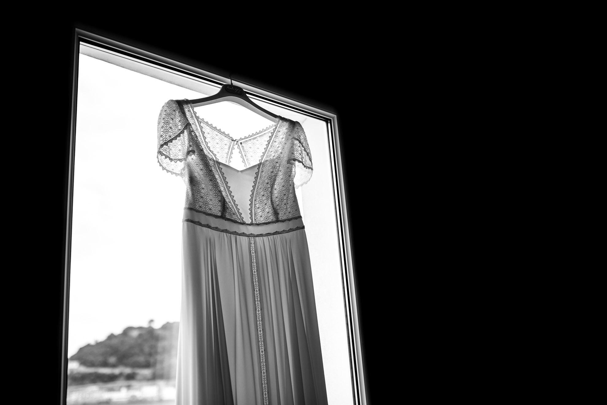 el vestido de la novia colgado en el hotel niza