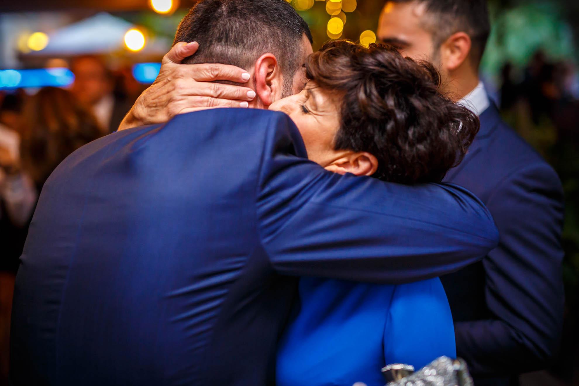 novio y madre se abrazan fuertemente