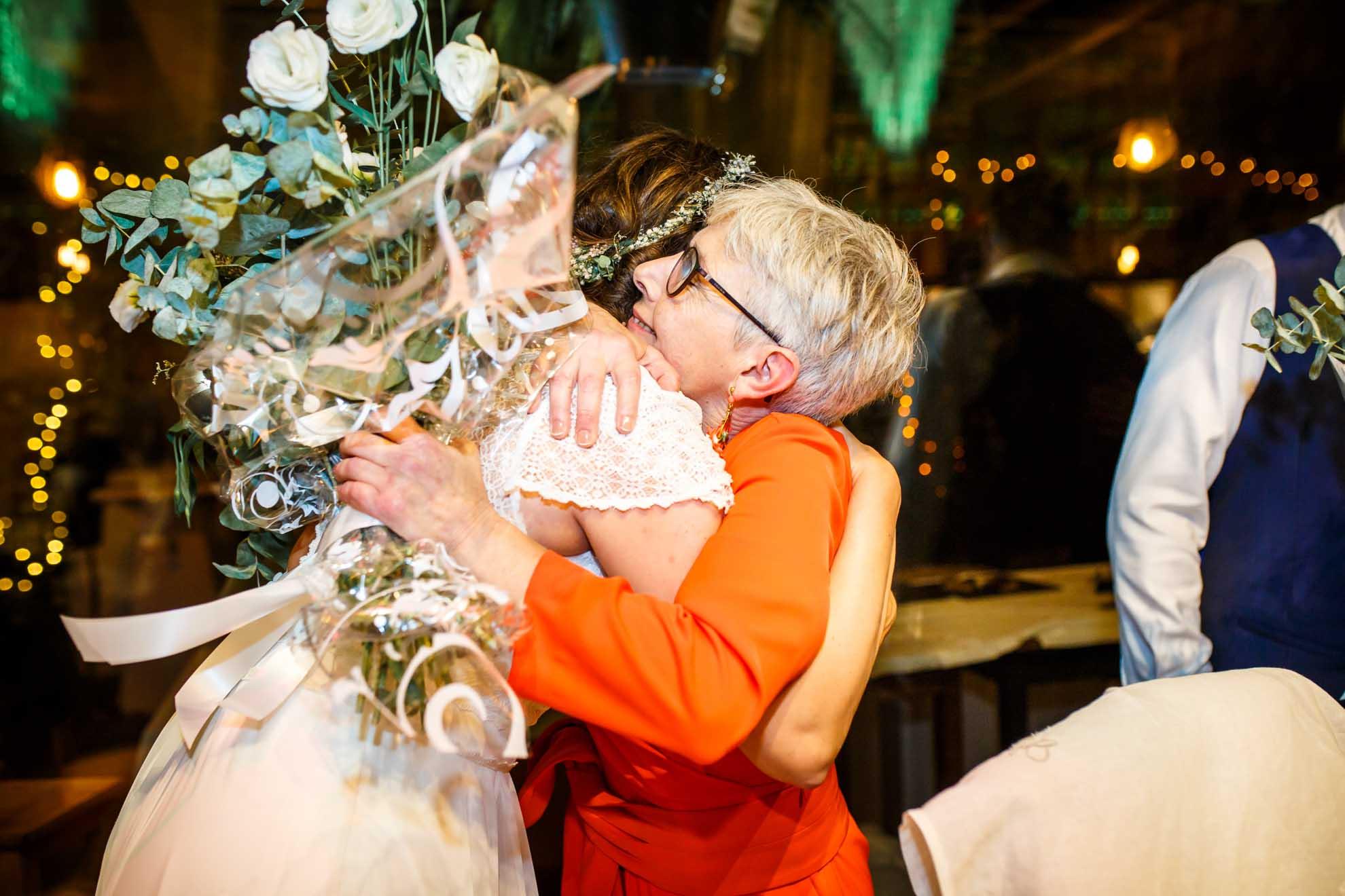 madre y novia se abrazan tras un regalo