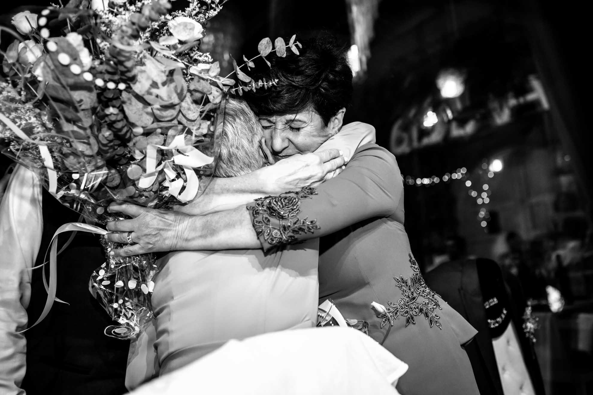 abrazo de las madres en el restaurante araeta