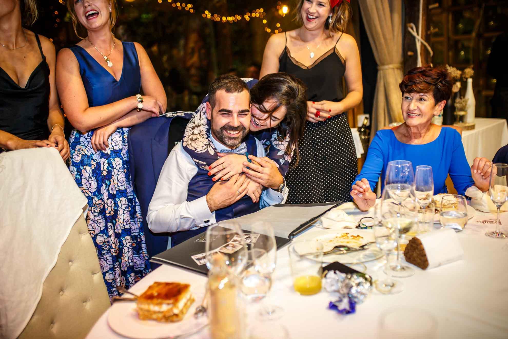 abrazo al novio en el restaurante araeta