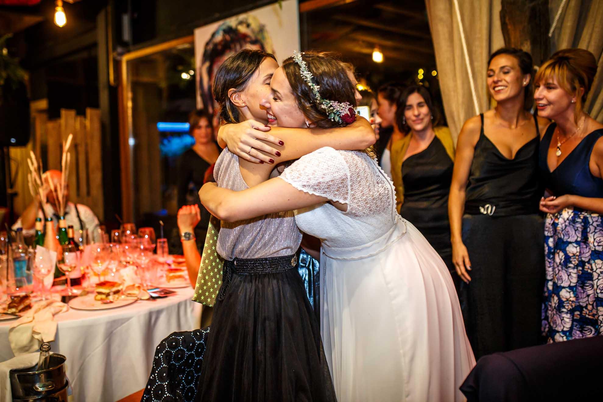 amiga y novia se abrazan en el restaurante araeta