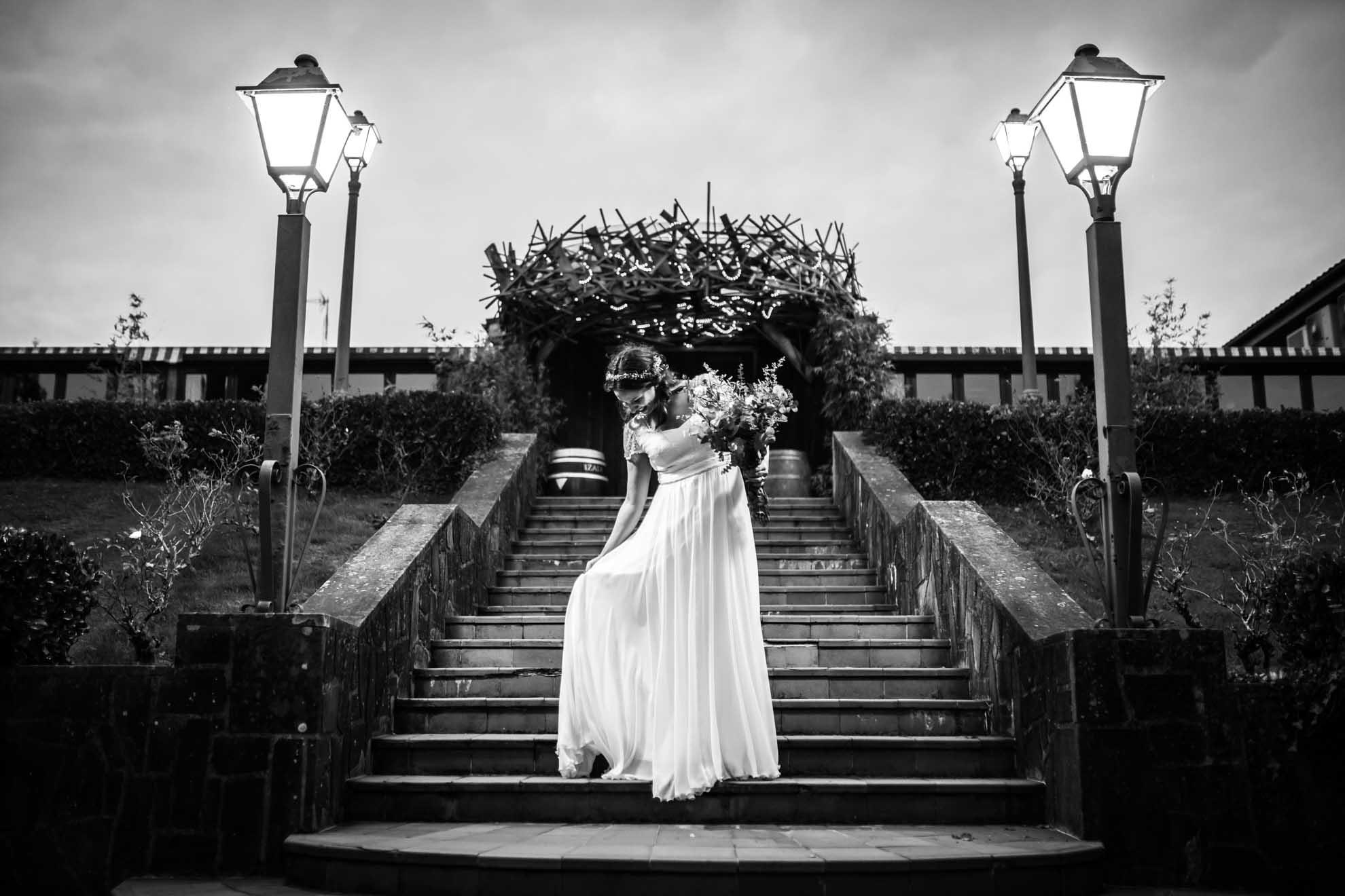 novia agarrandose el vestido