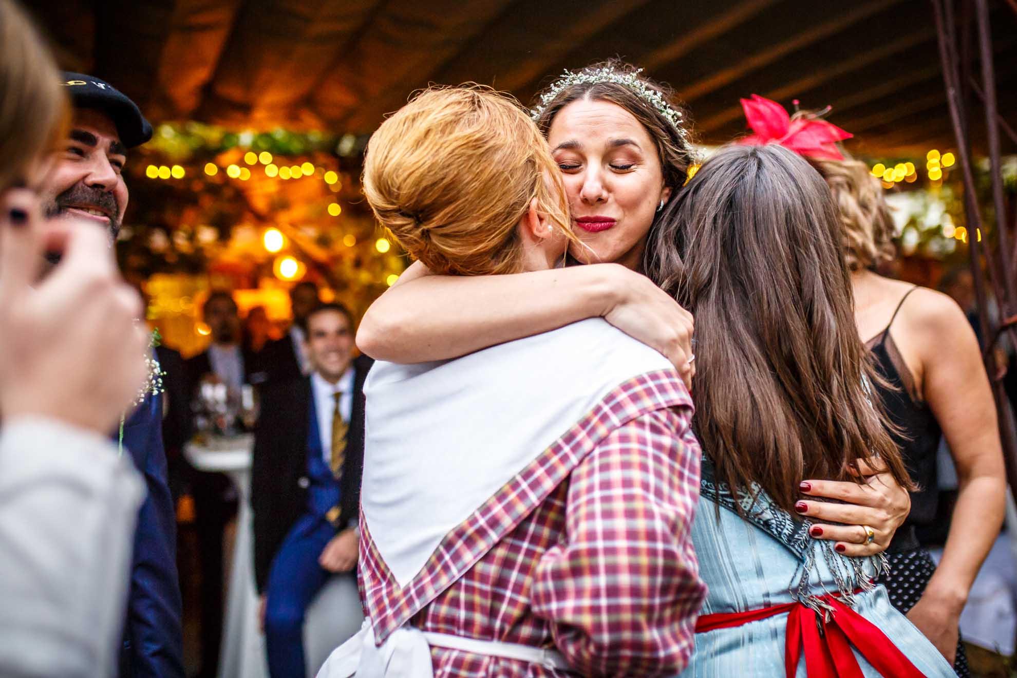 novia besa a sus amigas tras el baile aurresku