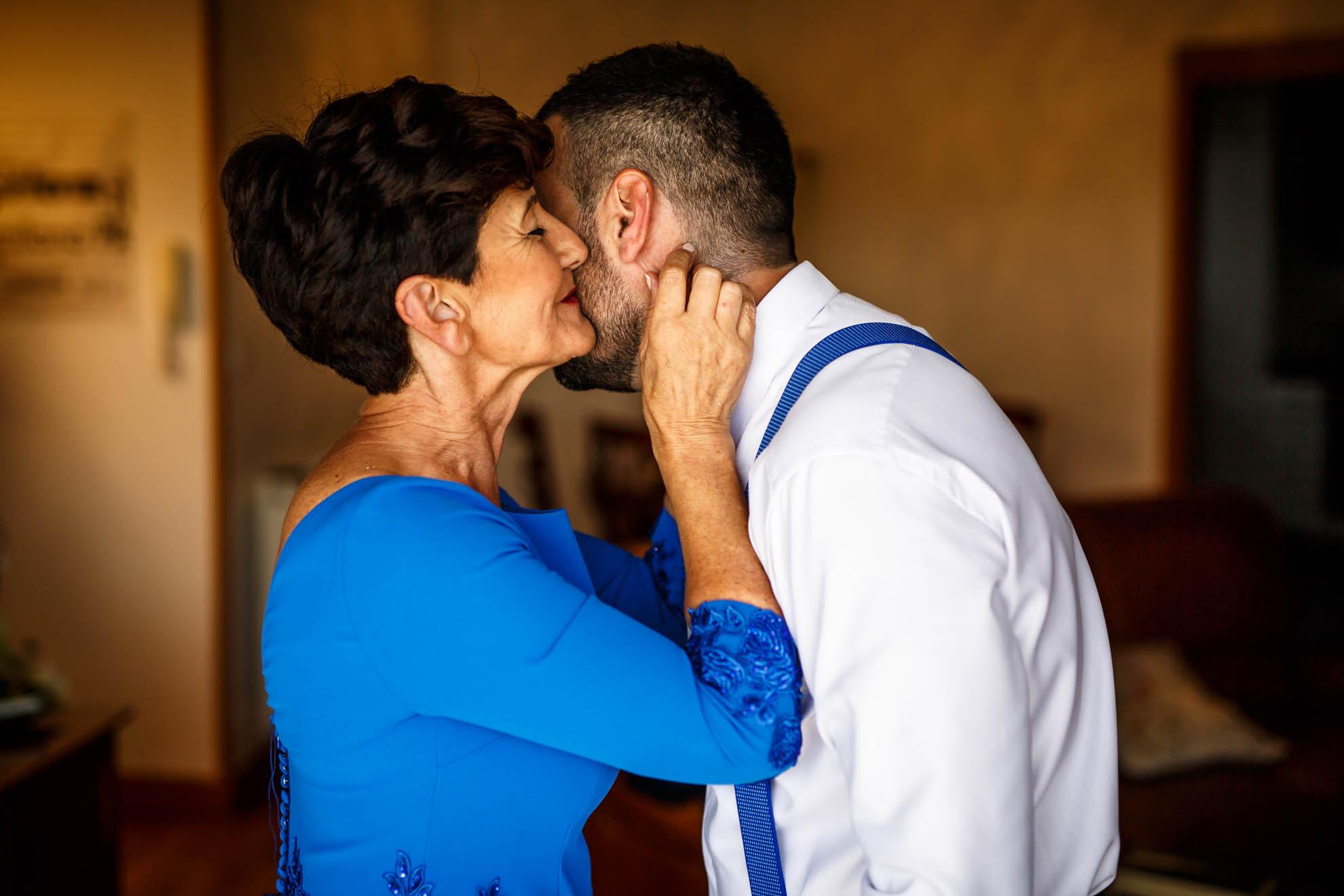 madre besa a su hijo
