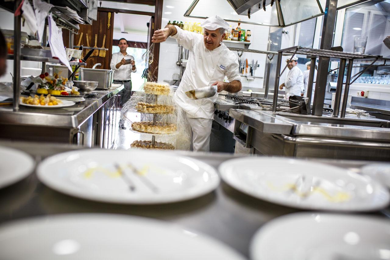 chef de atalaia poniendo caramelo a la tarta nupcial