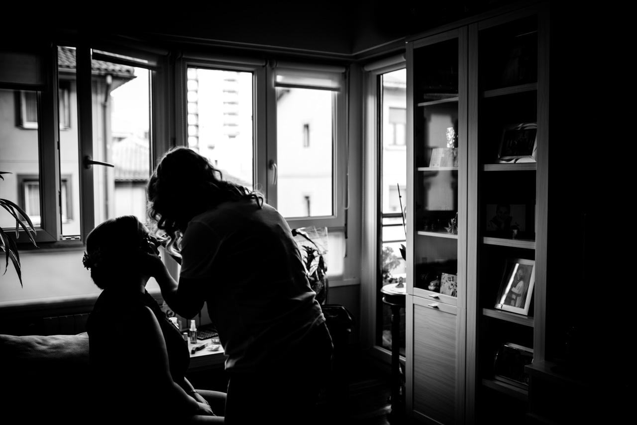 maquilladora maquillando a la novia en casa