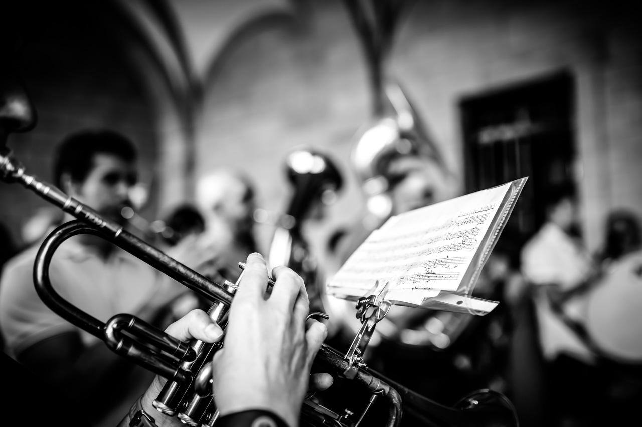 detalle de un saxofonista en la salida del ayuntamiento