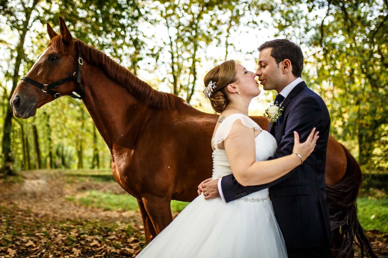 novios besandose en delante de un caballo en la hípica de irun