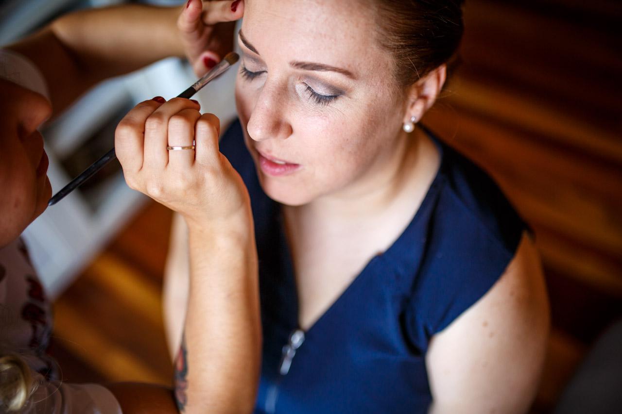 amiga maquillando a la novia en casa