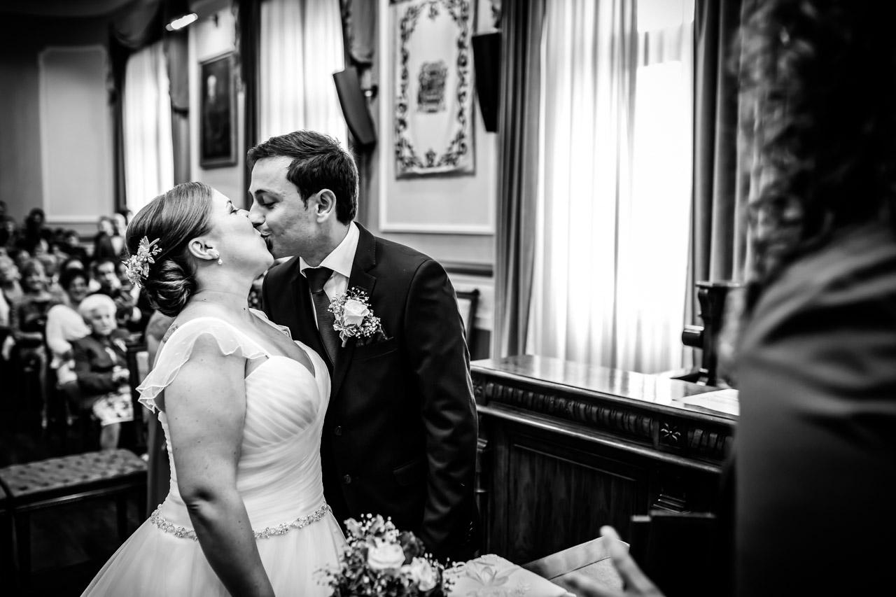 promer beso de casados en el ayuntamiento de irun