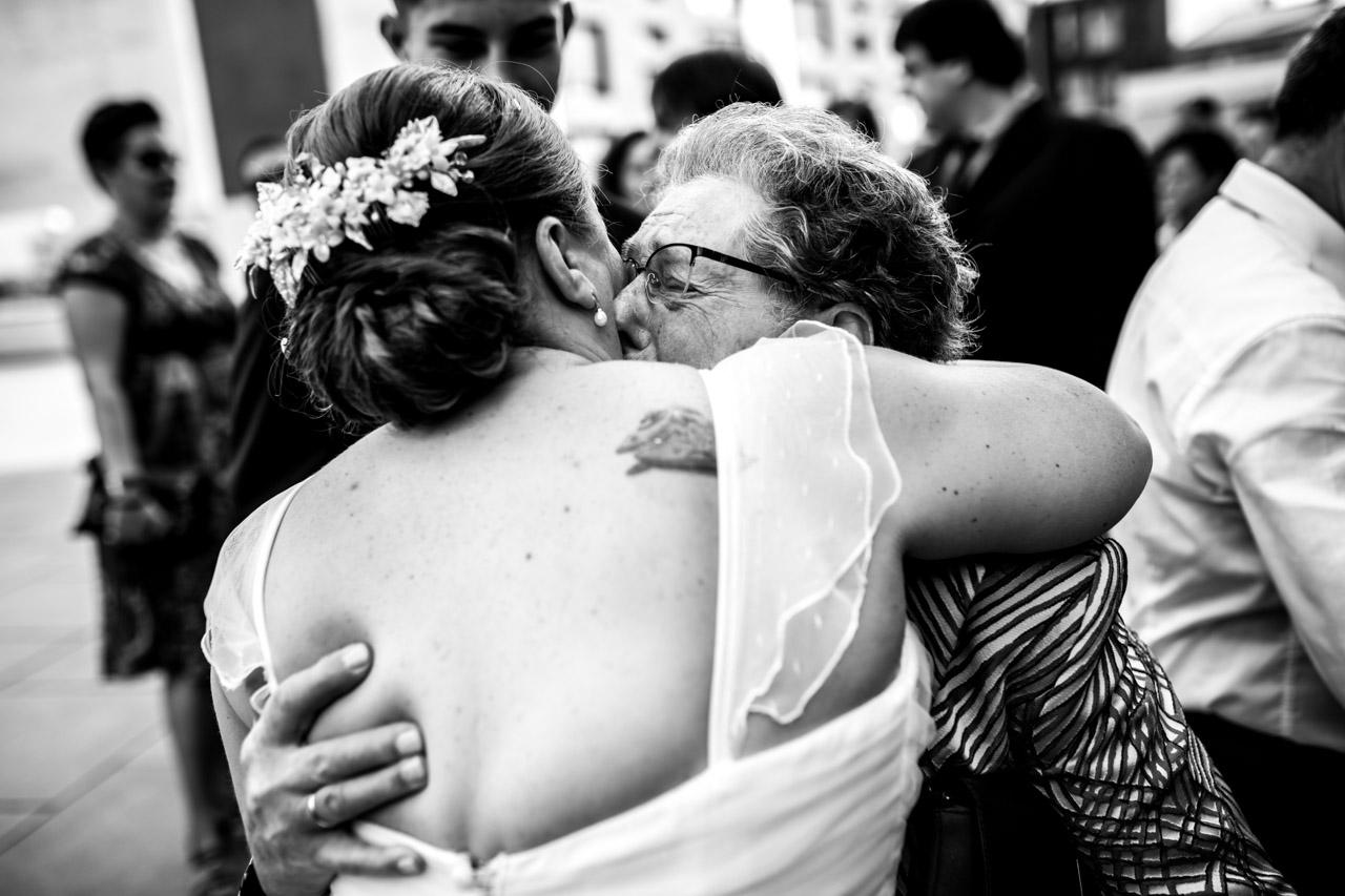 abrazo de la abuela de la novia en la salida de la ceremonia en el ayuntamiento de irun