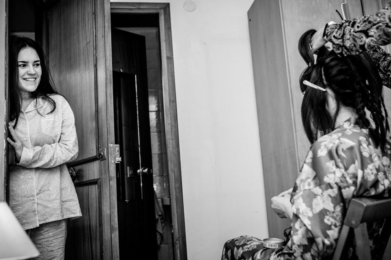 la mirada cómplice entre la novia y su sobrina en los preparativos en una boda en laguardia