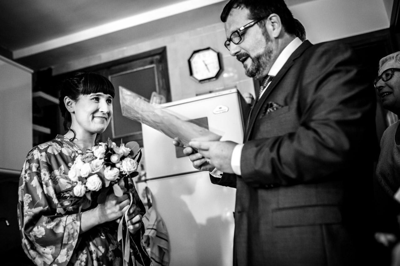 leen un poema a la novia mientras le entregan el ramo en una boda en laguardia
