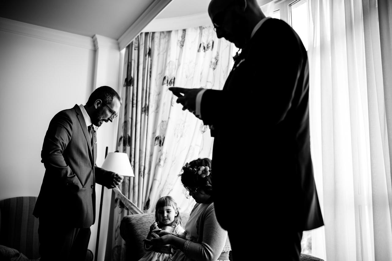 el novio revisa el móvil mientras espera a la familia para ir a la iglesia en una boda en laguardia