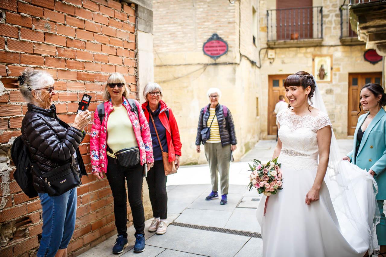 unas turistas sacando fotos a la novia en una boda en laguardia