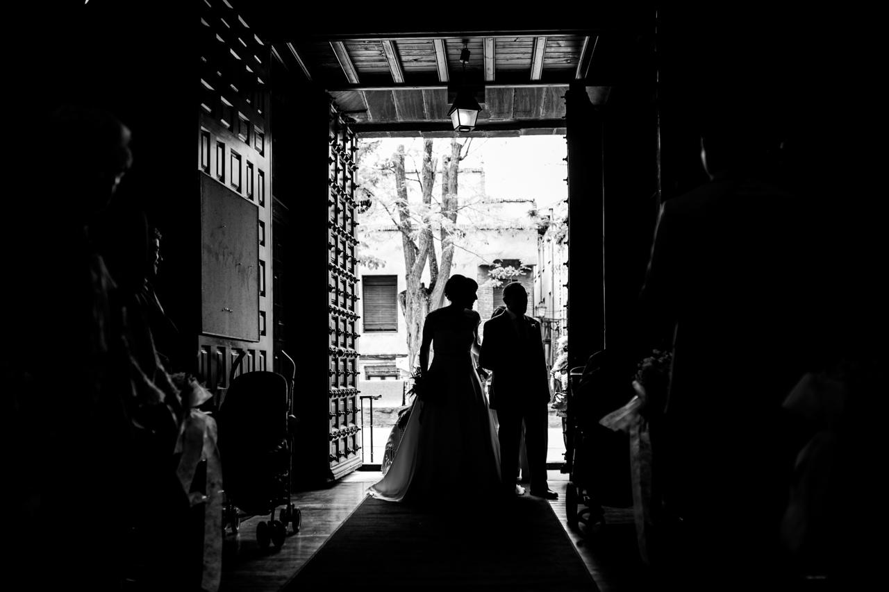 la entrada de la novia con el padrino a la iglesia en una boda en laguardia