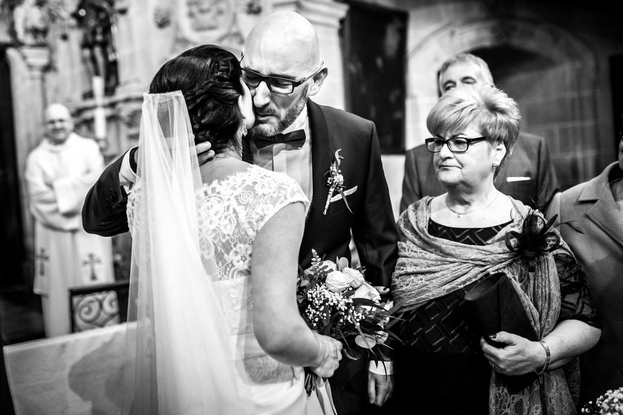 el novio besa a la novia en el momento de la paz en una boda en laguardia