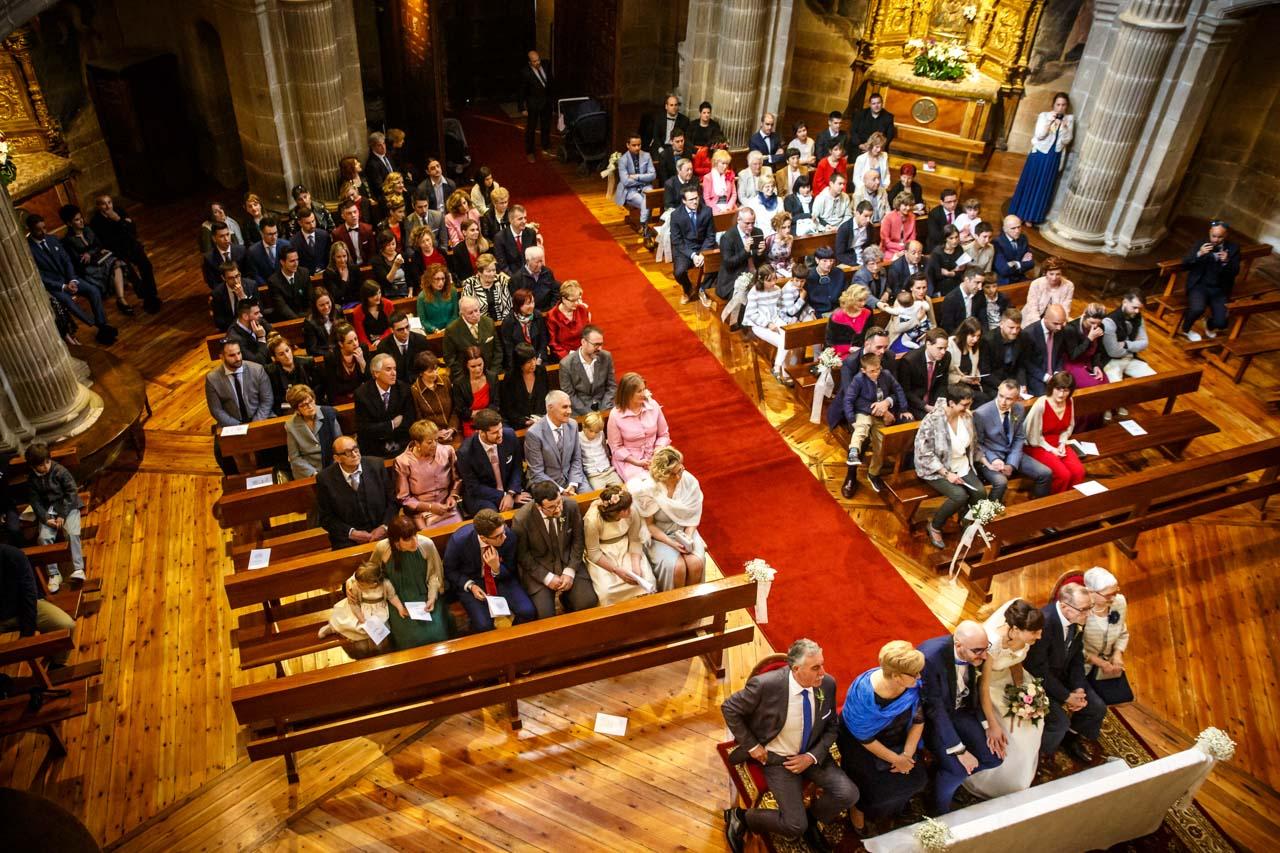 amigos y familiares de los novios cantan en la ceremonia en una boda en laguardia