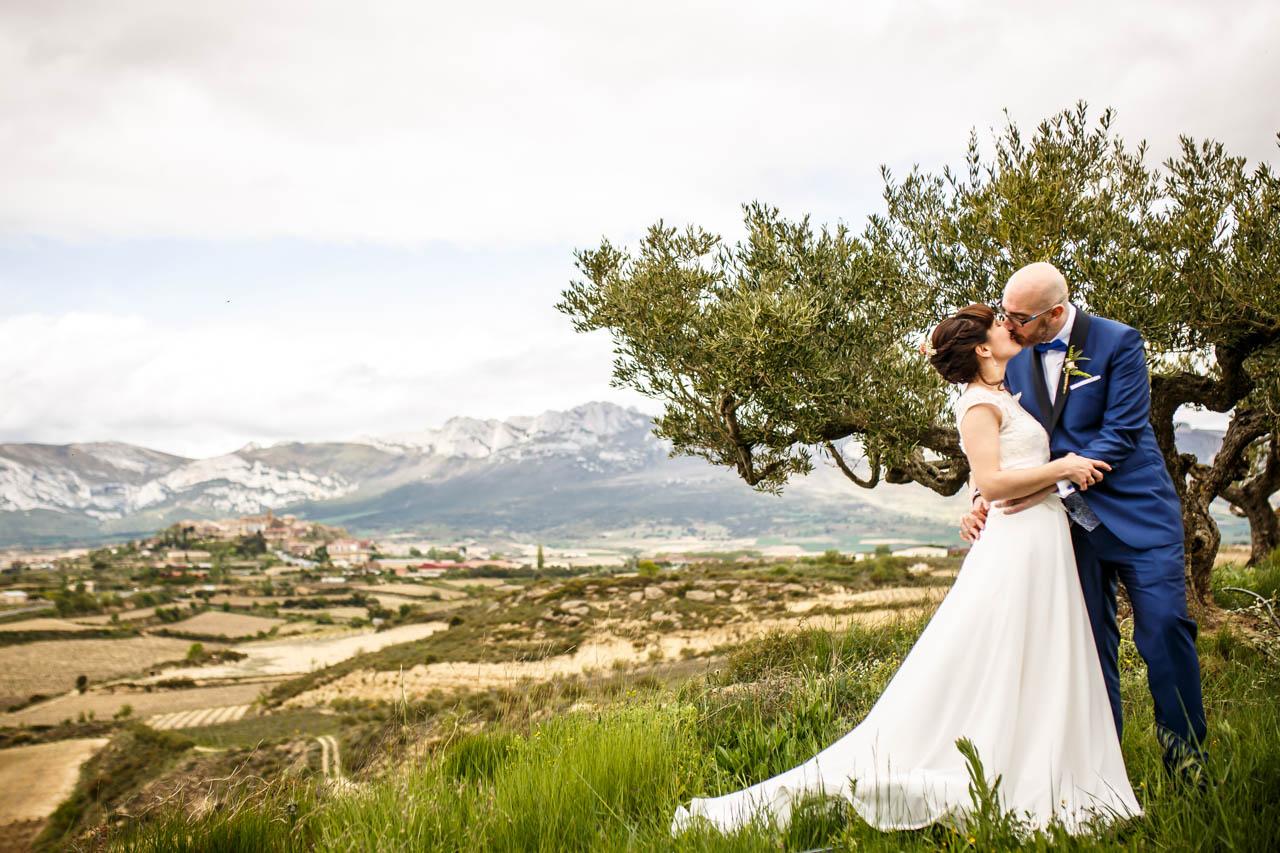 los novios se besan con laguardia de fondo en una boda en laguardia