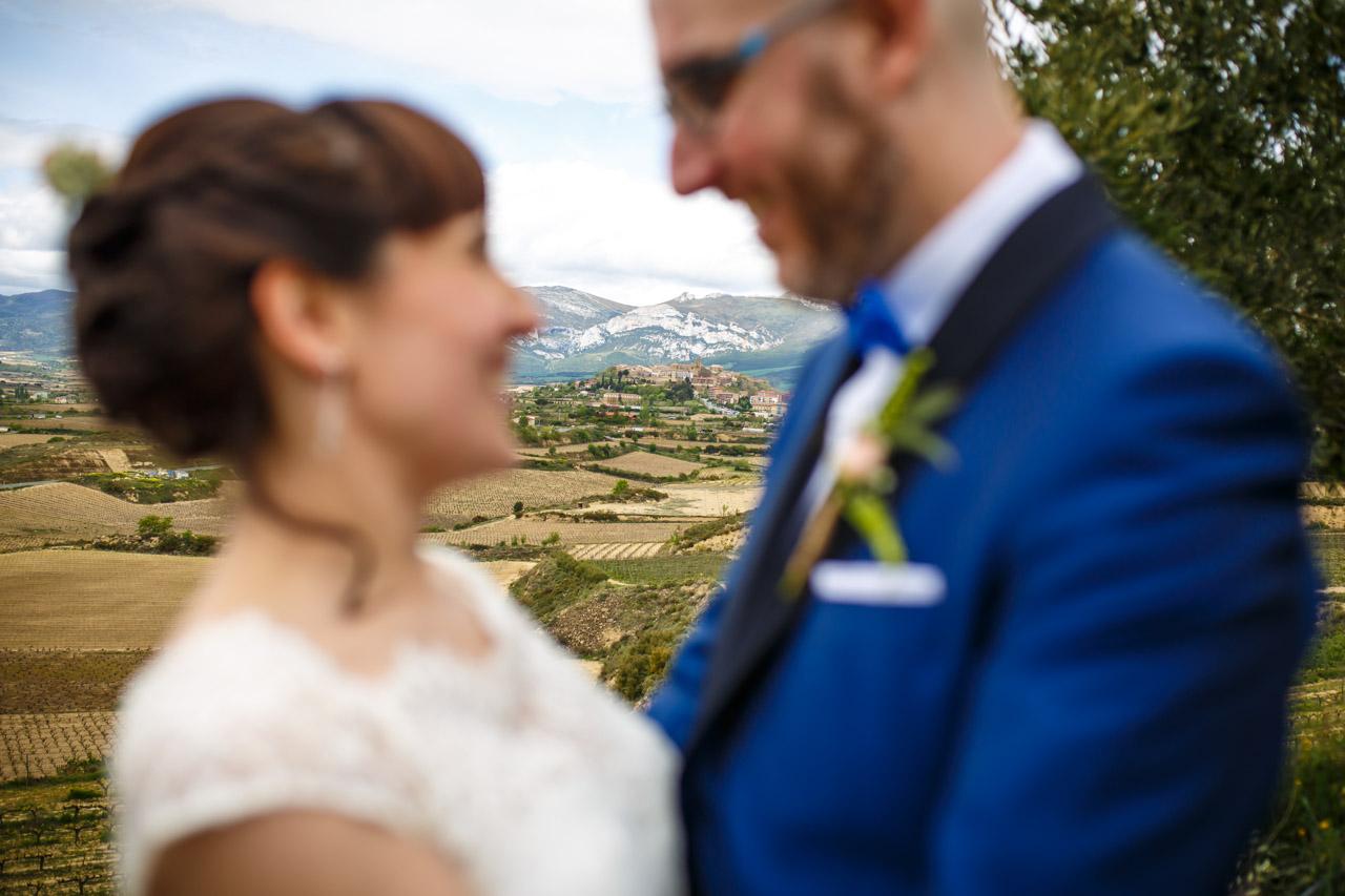 vista del pueblo de laguardia con la silueta de los novios en una boda en laguardia