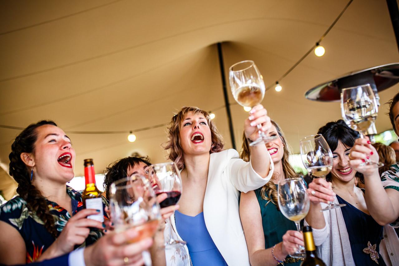las amigas de la novia brindan en el aperitivo en una boda en laguardia