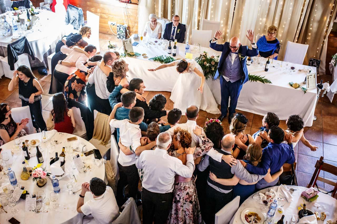 los novios ovacionan a sus amigos en una boda en laguardia