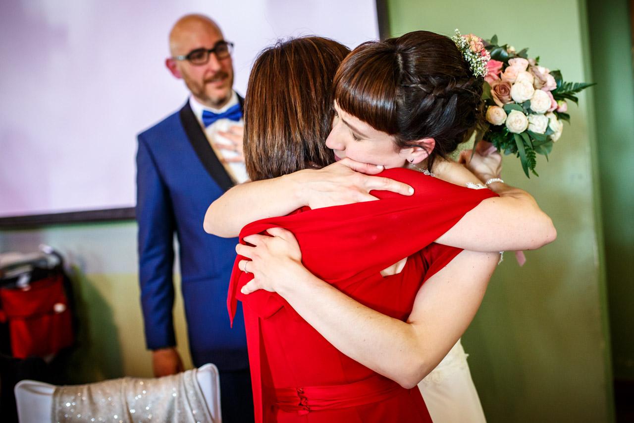 la novia regala el ramo a su hermana en una boda en laguardia