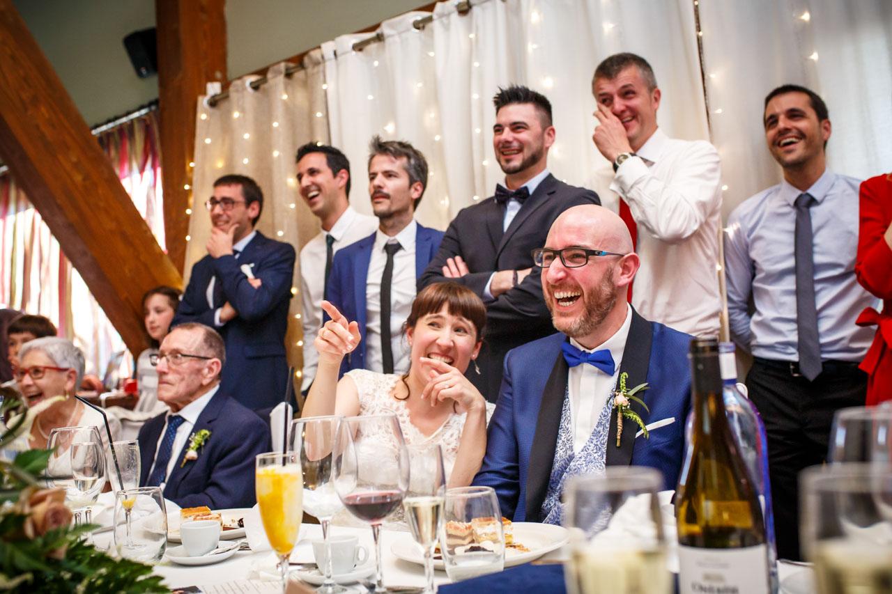 los novios se ríen al ver un vídeo en una boda en laguardia