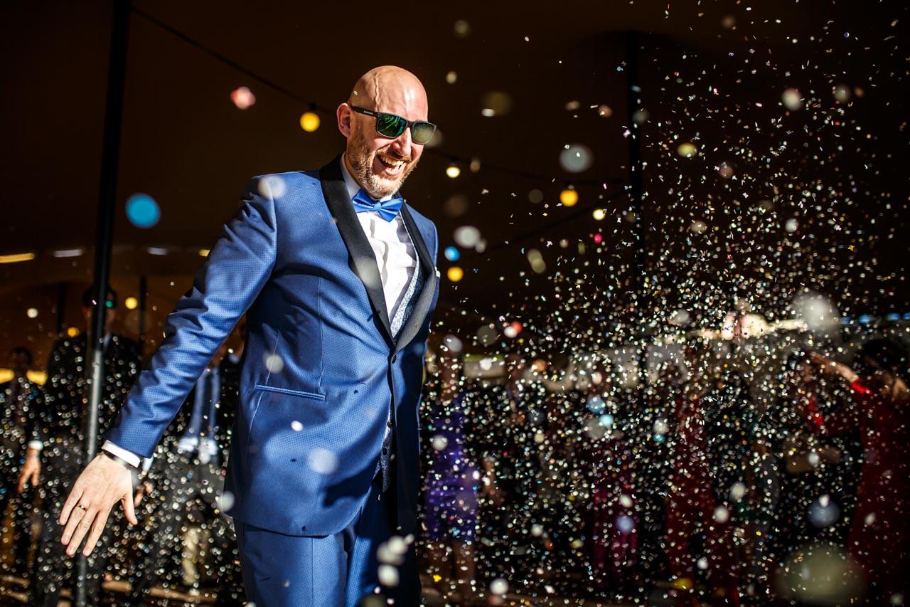 el novio rodeado de confetis mientras baila en una boda en laguardia