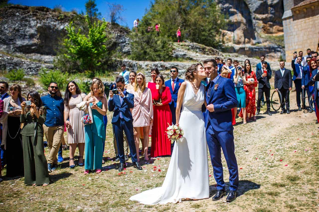los novios emocionados mientras sus amigos les bailan en una boda en soria