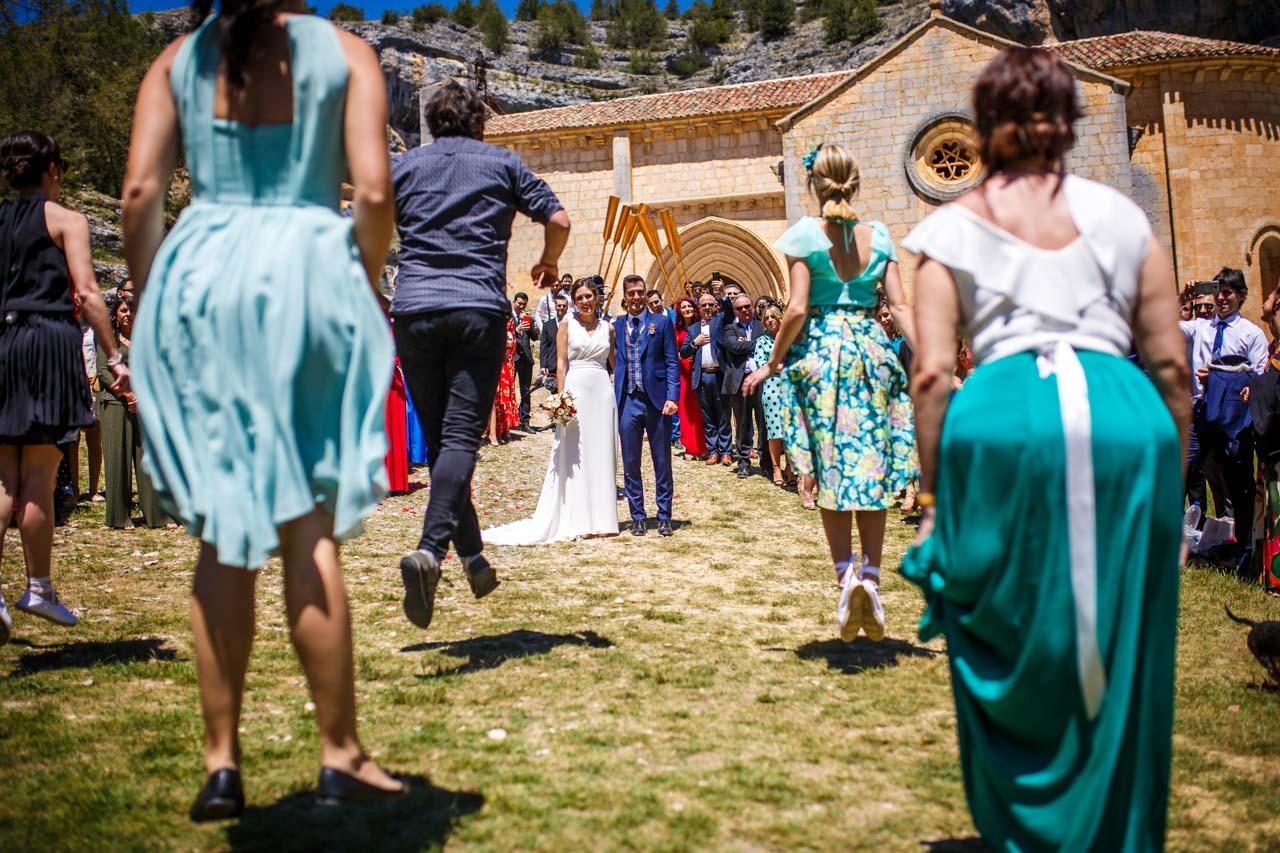 los amigos del novio bailando a los novios a la salida de la iglesia en una boda en soria