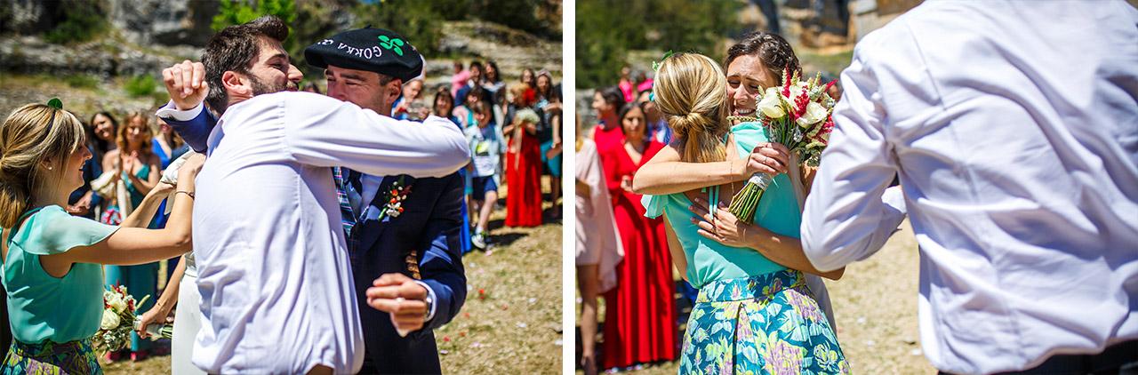 los novios abrazan a sus amigos después de que les bailen en una boda en soria