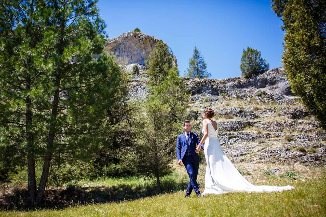 los novios paseando por el cañón de río lobos en una boda en soria
