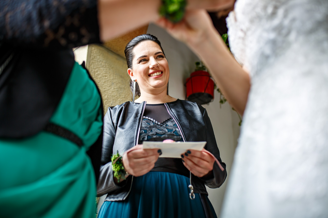 la hermana de la novia esperando a dar una carta a la novia en una boda en bekoerrota