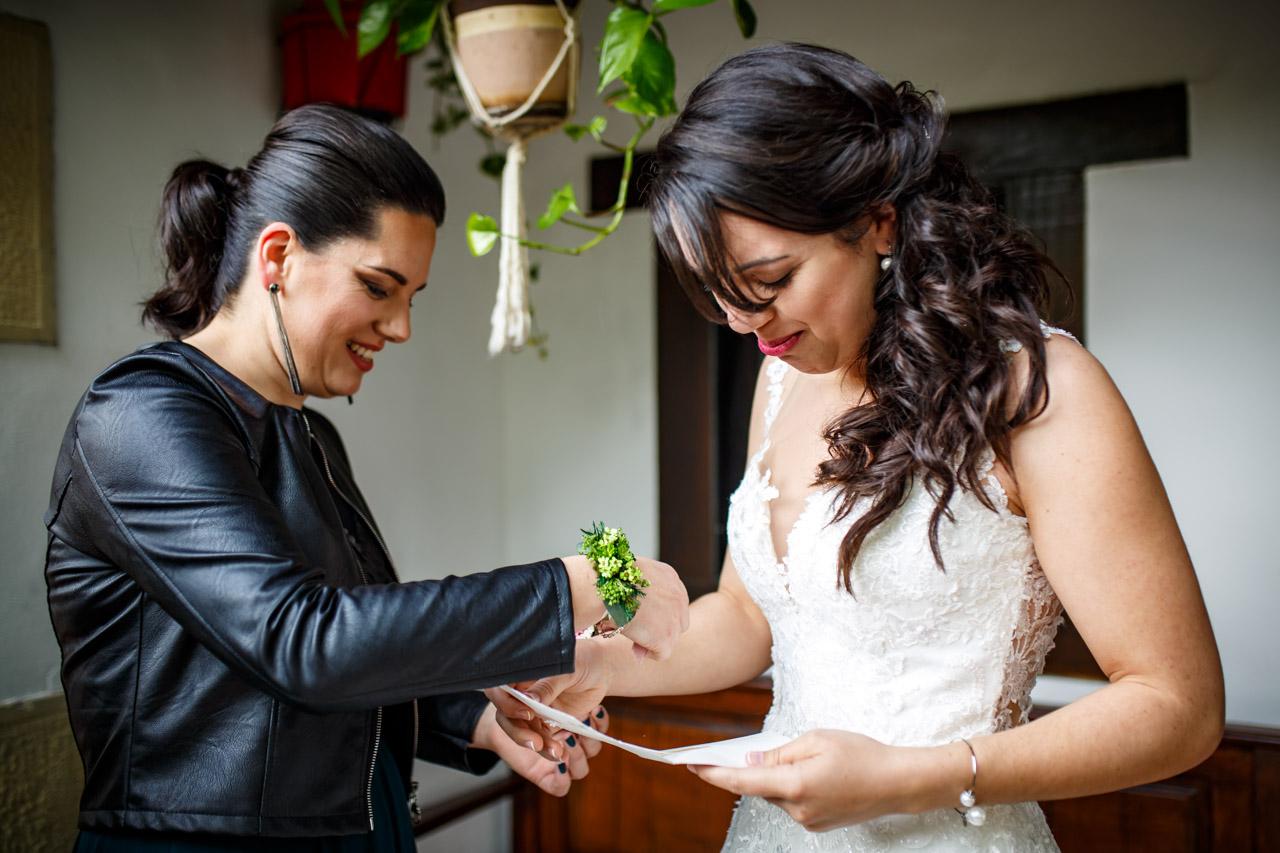 la novia lee una carta escrita por sus hermanas en una boda en bekoerrota