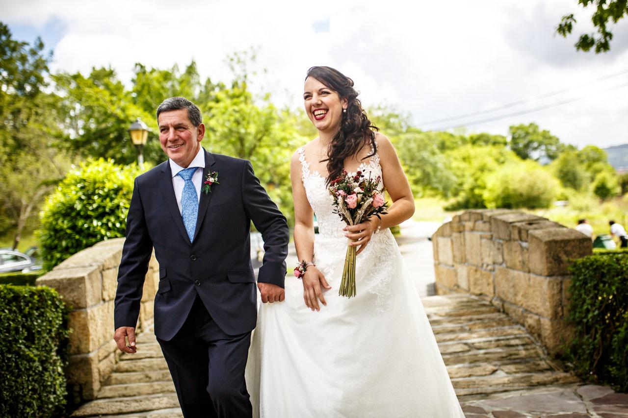 la novia con su padre dirigiéndose a la ceremonia en una boda en bekoerrota
