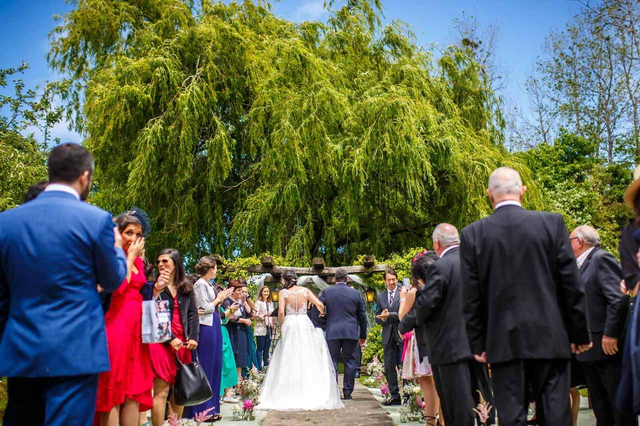 la novia llegando a la ceremonia en una boda en bekoerrota